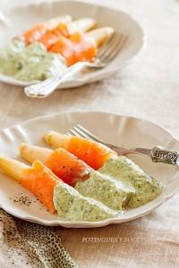 Espárragos con salmón y salsa de espinacas1