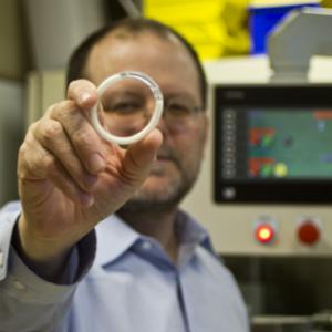 Patrick Kiser sostiene el anillo intravaginal que suminstra un fármaco antirretroviral y un anticonceptivo durante tres meses. Northwestern University